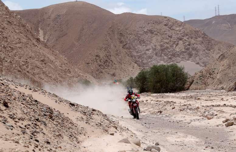 El piloto estadounidense Ricky Brabec conduce su moto Honda hoy, durante la cuarta etapa del Rally Dakar 2019, que se corre entre Arequipa y Tacna (Perú). EFE