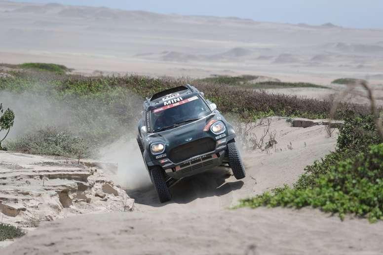 El español Nani Roma conduce su vehículo Mini en el Rally Dakar 2019. EFE