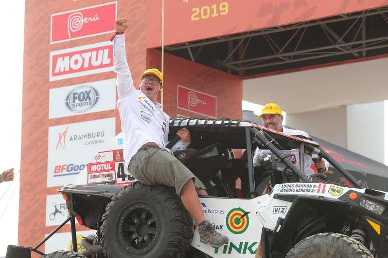 Fotografía tomada el pasado 6 de enero en la que se registró a los peruanos Lucas (i) y Jacques Barrón, durante su presentación antes del rally Dakar 2019, en la Costa Verde de Lima (Perú). EFE