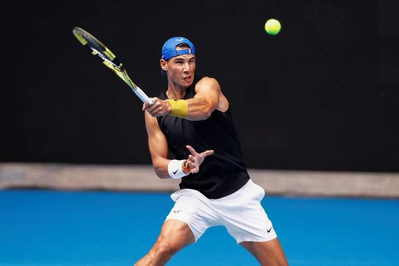 El tenista Rafael Nadal en acción durante una sesión de práctica en la pista Rod Laver Arena, para el Abierto de Australia, en Melbourne (Australia). EFE