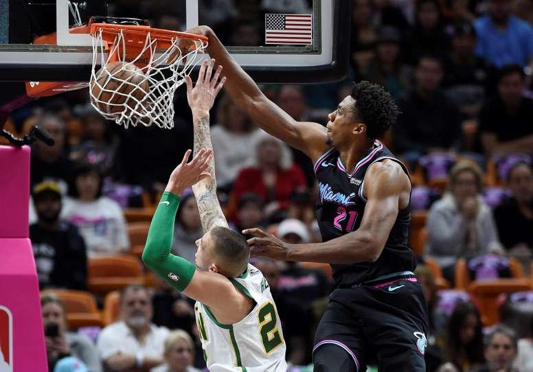 Daniel Theis (i) de los Celtics en acción ante Hassan Whiteside (d) de los Heat hoy, durante un partido de baloncesto de la NBA, entre los Miami Heat y los Boston Celtics, en el AmericanAirlines Arena de Miami (EE.UU.). EFE