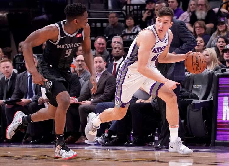 Bogdan Bogdanovic (d) de Sacramento Kings en acción ante Langston Galloway (i) de Detroit Pistons hoy, durante un partido de la NBA entre Detroit Pistons y Sacramento Kings, en el Golden 1 Center de Sacramento, California (EE.UU.). EFE