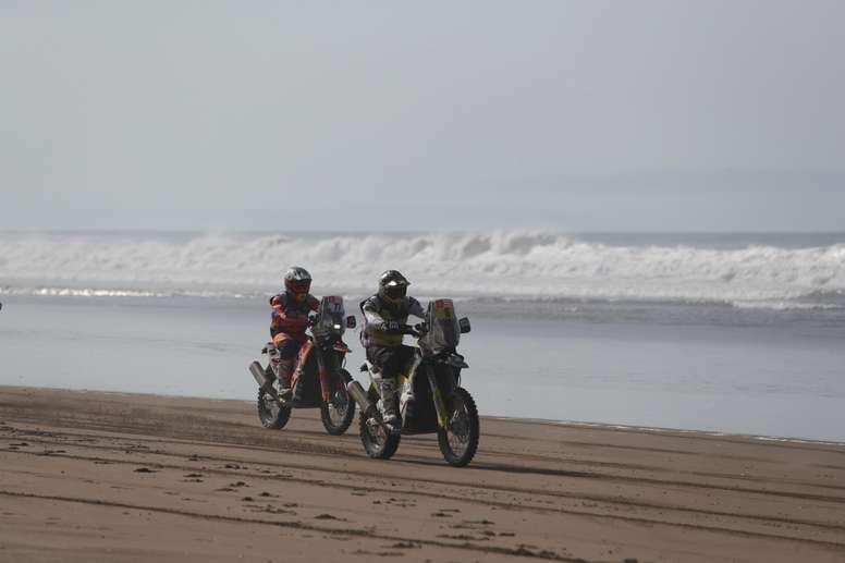 El argentino Luciano Benavides (i) en su KTM y el chileno Pablo Quintanilla (d) en su Husqvarna compiten durante la quinta etapa del Rally Dakar 2019, que se corre entre Tacna y Arequipa (Perú). EFE