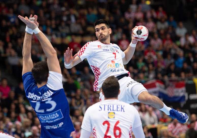 El croata Luka Stepancic (d) intenta un disparo ante la presión del islandés Olafur Gustafsson (i) durante un encuentro del Mundial Masculino de balonmano disputado entre Croacia e Islandia en Múnich (Alemania) hoy, 11 de enero de 2019. EFE