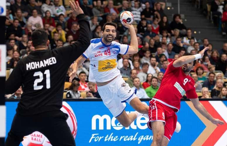 El español Ferrán Sole Sala (C) intenta un lanzamiento junto al jugador de Baréin Hasan Al Samahiji (d) durante un encuentro del Mundial Masculino de balonmano disputado entre Baréin y España en Múnich (Alemania) hoy, 11 de enero de 2019. EFE