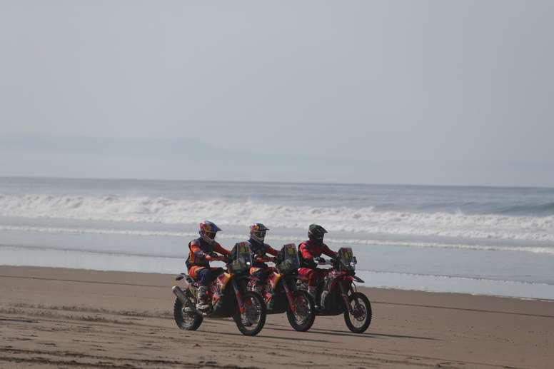 (i-d) El británico Sam Sunderland, el australiano Toby Price y el estadounidense Ricky Brabec compiten durante la quinta etapa del Rally Dakar 2019, que se corre entre Tacna y Arequipa (Perú). EFE
