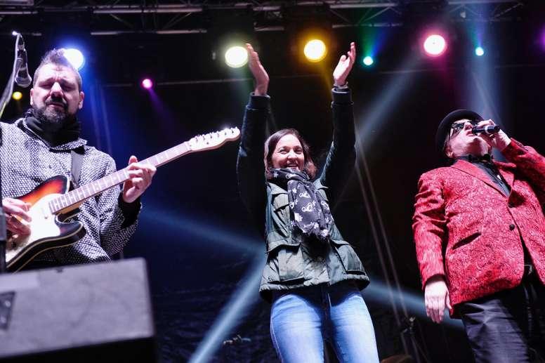 La ministra de Industria y Turismo Reyes Maroto y el cantante Javier Gurruchaga (d), durante la celebración de la ?Nochevieja Pingüinera? que se celebra en Valladolid. EFE