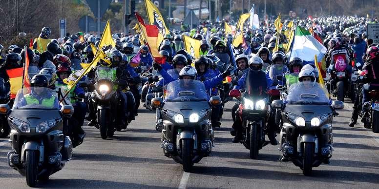 Más de veinte mil motoristas, según la organización, han participado esta mañana en el tradicional desfile que cada año se celebra en la concentración invernal de motos Pingüinos en Valladolid. EFE
