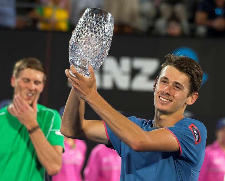 El tenista australiano Alex de Minaur celebra su triunfo ante Andreas Seppi en Sidney, Australia. EFE/EPA
