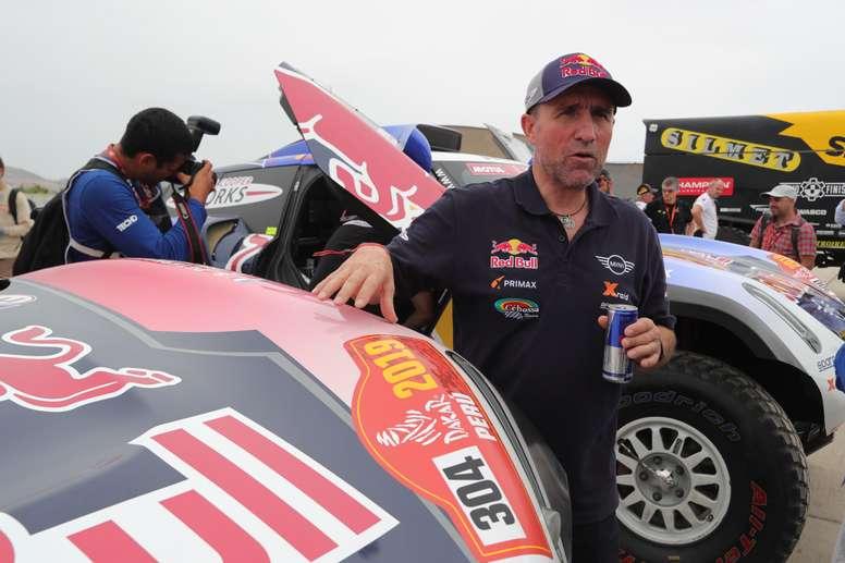 El francés Stéphane Peterhansel realiza una inspección técnica del vehículo con el que participa en el Rally Dakar 2019. EFE