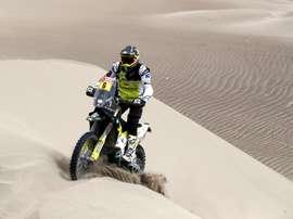 El piloto chileno Pablo Quintanilla (Husqvarna) corre la sexta etapa del Rally Dakar 2019. EFE