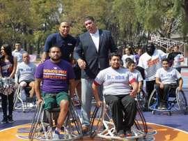 El exjugador de los Suns de Phoenix, Shawn Marion (i), y el exjugador de los Suns de Phoenix, Horacio Llamas (d). EFE/Archivo