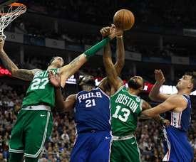 Daniel Theis (i) y Marcus Morris (2-d) de Boston Celtics disputan un balón con Joel Embiid (2-i) and Dario Saric (d) de Philadelphia 76ers en O2 Arena en Londres (R.Unido) en enero de 2018. EFE/Archivo