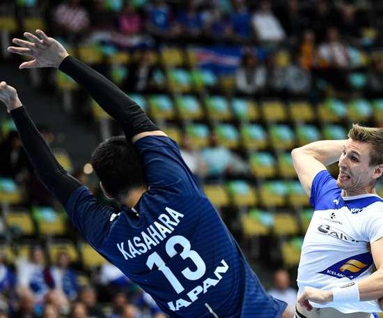 El jugador de la selección islandesa de balonmano Olafur Andres Gudmundsson (d) lanza ante la defensa del japonés Kenya Kasahara durante el partido entre ambas selecciones correspondiente al Mundial Masculino de Balonmano 2019, en Múnich (Alemania). EFE