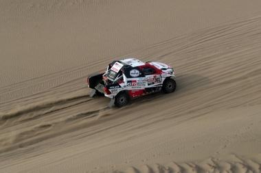 El catarí Nasser Al Attiyah conduce su vehículo Toyota hoy, durante la novena etapa del Rally Dakar 2019, en Pisco (Perú). EFE
