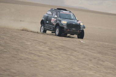 El español Nani Roma compite en su Mini durante la octava etapa del Rally Dakar 2019. EFE