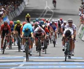El ciclista eslovaco Peter Sagan (d), del equipo Bora Hansgrohe, cruza la línea de meta para ganar la tercera etapa del Tour Down Under de Lobethal a Uraidla en Adelaida (Australia) este jueves. EFE