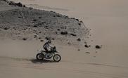 El chileno Pablo Quintanilla conduce su motocicleta Husqvarna durante la novena etapa del Rally Dakar 2019, en Pisco (Perú). EFE