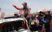 El chileno Francisco Chaleco López celebra tras ganar el primer lugar en SxS del Rally Dakar 2019, este jueves en Pisco (Perú). EFE
