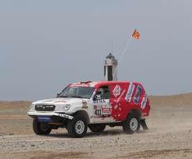 La peruana Fernanda Kanno y su copiloto Alonso Carrillo compiten durante la segunda etapa del Rally Dakar 2019 entre Pisco y San Juan de Marcona (Perú). EFE