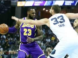 En la imagen un registro del alero estrella de los Lakers de Los Ángeles, LeBron James (i). EFE/Archivo