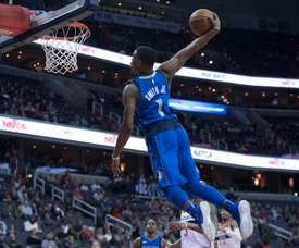 El jugador Dennis Smith Jr. de Dallas Mavericks intenta encestar durante un partido de la NBA. EFE/Archivo