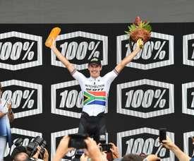 El ciclista sudafricano Daryl Impey celebra su victoria en la cuarta etapa del Tour Down Under de Unley a Campbelltown en el sur de Australia este viernes. EFE