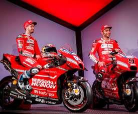 Los pilotos italianos italianos de Ducati; Andrea Dovizioso (i) y Danilo Petrucci (d); posan con las nuevas motos durante la presentación del equipo Ducati MotoGP 2019 en un evento celebrado este viernes en el Philip Morris R&D Center en Neuchatel, Suiza. EFE