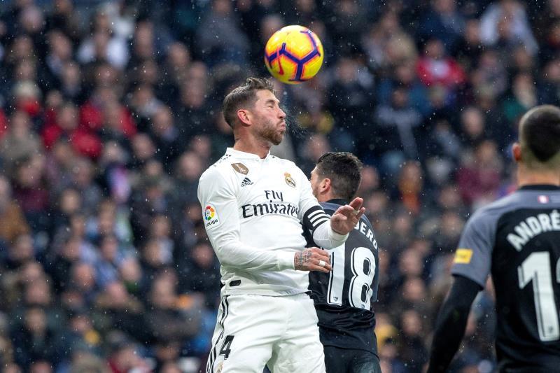 Sergio Ramos, cabeceando un balón