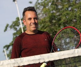 Ariel Baragiola posa en Buenos Aires (Argentina). A los 5 años ya le apasionaba el tenis, a los 15 un virus fulminante destruyó parcialmente sus riñones, por lo que fue sometido a un trasplante a los 20, y hoy, con 43, Ariel Baragiola es un consagrado tenista que representó a la Argentina en 12 mundiales y se prepara para el decimotercero. EFE/Archivo