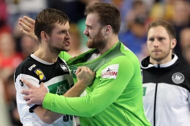 Los alemanes Fabian Boehm y Andreas Wolff celebran la victoria en Colonia, Alemania. EFE/EPA