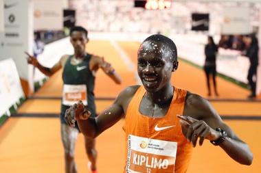 El ugandés Jacob Kiplimo entra vencedor en la pasada San Silvestre vallecana. EFE/Archivo