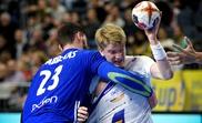El francés Ludovic Fabregas (I) en acción ante el islandés Haukur Thrastarsonen el Mundial en Colonia, Alemania. EFE/EPA