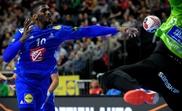 El francés Dika Mem en acción durante el partido del Mundial de balonmano que han jugado Francia e Islandia en Colonia, Alemania. EFE/EPA