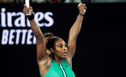 La tenista estadounidense Serena Williams, celebra su victoria ante la rumana Simona Halep, al finalizar el partido de octavos de final que enfrentó a ambas este lunes en el Rod Laver Arena en Melbourne (Australia). EFE