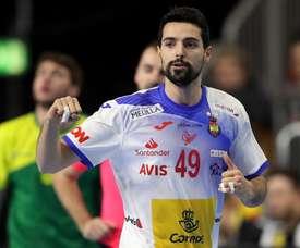 El jugador de la selección española de balonmano Ferrán Solé Sala (c), durante el partido disputado ante Brasil correspondiente al Mundial Masculino de Balonmano 2019, en Colonia (Alemania). EFE