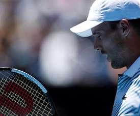 Roberto Bautista Agut de España devuelve ante Stefanos Tsitsipas de Grecia en el Abierto de Tenis de Australia 2019 en Melbourne (Australia). EFE