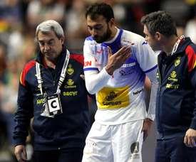 El jugador de la selección española de balonmano Daniel Sarmiento Melián (c), se retira lesionado durante el partido disputado ante Brasil correspondiente al Mundial Masculino de Balonmano 2019, este lunes en Colonia (Alemania). EFE