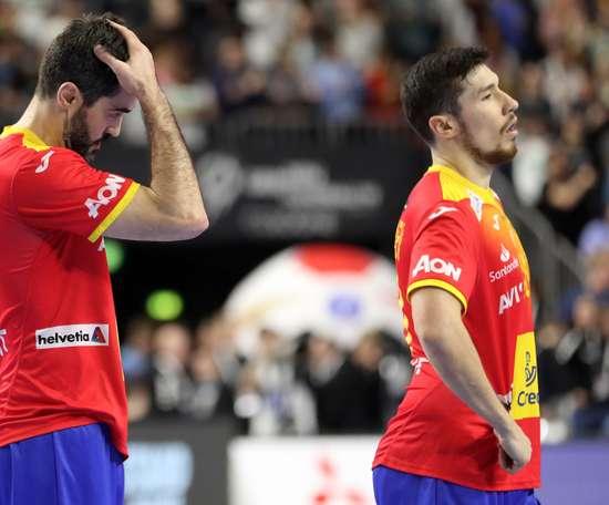 Raúl Entrerrios Rodríguez (i) y Alex Dujshebaev (d) de España reaccionan después de un partido. EFE/Archivo