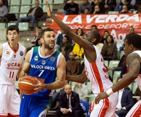 El ala pívot serbio del equipo de baloncesto polaco Anwil Nicola Markovic (2i) intenta entrar en la zona ante la oposición del escolta estadounidense de UCAM Murcia Milton Doyle (2d), durante el partido de la duodécima jornada de la liga de campeones de baloncesto que están disputando en el Palacio de Los deportes de Murcia. EFE