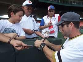 Fotografía tomada en enero de 2003 en la que se registró al exbeisbolista puertorriqueño Edgar Martínez, al firmar autógrafos previo al Juego de Estrellas de Beisbol del Caribe de ese año. EFE/Archivo