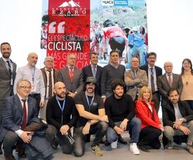 El exciclista Miguel Indurain (6i, de pie) junto al director de la Vuelta, Javier guillén (5i) posan con alcaldes, patrocinadores y organizadores de la prueba ciclista Gran Fondo Ézaro durante su presentación, esta mañana en la Feria Internacional de Turismo, Fitur 2019, esta mañana en Madrid. EFE