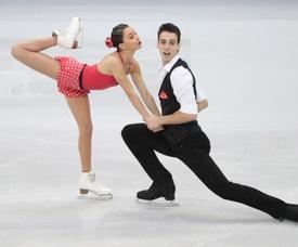 Los españoles Laura Barquero (i) y Aritz Maestu compiten en el programa corto de parejas en los Campeonatos de Europa que se celebran en Minsk (Bielorrusia). EFE