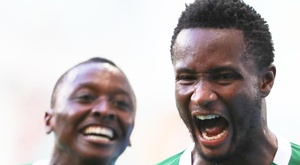 John Obi Mikel (r) could soon be playing in Turkey. EFE/Archivo