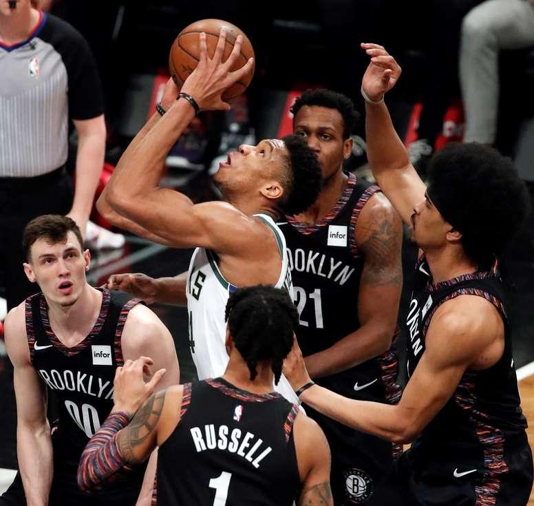 Giannis Antetokounmpo (c) de Milwaukee Bucks lanza mientras es rodeado por la defensa de Brooklyn Nets este lunes durante un partido de la NBA entre Milwaukee Bucks y Brooklyn Nets en el Barclays Center en Brooklyn, Nueva York (Estados Unidos). EFE
