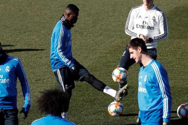 Vinicius e Rodrygo inscritos no time B. EFE