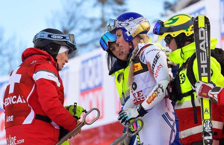 La estadounidense Lindsey Vonn (c) se levanta tras una caída sufrida este martes en el Supergigante femenino del Campeonato del mundo de esquí alpino en Aare, Suecia. EFE