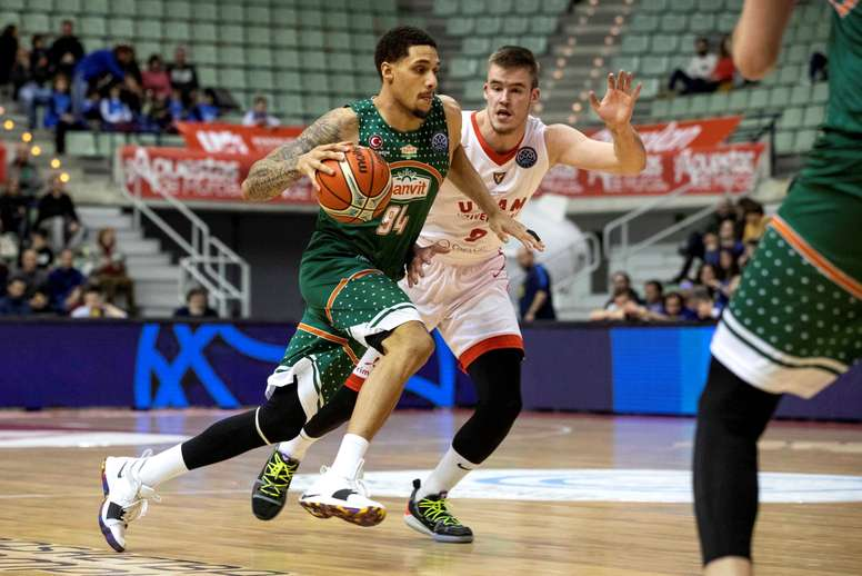 El escolta estadounidense del Banvit McKenzie Moore (i) juega la pelota anteDino Radoncic, del UCAM Murcia, durante el partido de la Liga de Campeones de baloncesto disputado este martes en el Palacio de los Deportes de Murcia. EFE