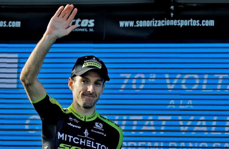 El corredor británico del equipo Michelton - Scott, Adam Yates, en el podio tras su victoria en la cuarta etapa de la 70ª edición de La Volta Ciclista a la Comunitat Valenciana, disputada entre las localidades castellonenses de Villarreal y Alcossebre de 188 kilómetros. EFE