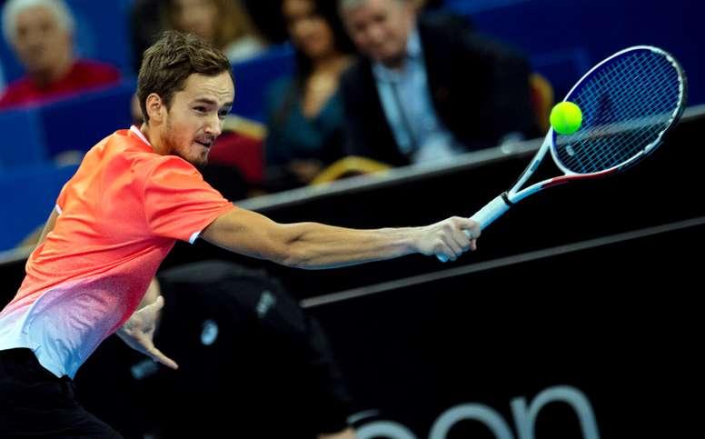 El tenista ruso Daniil Medvedev en acción contra el francés Gael Monfils en Sofía, Bulgaria. EFE/EPA